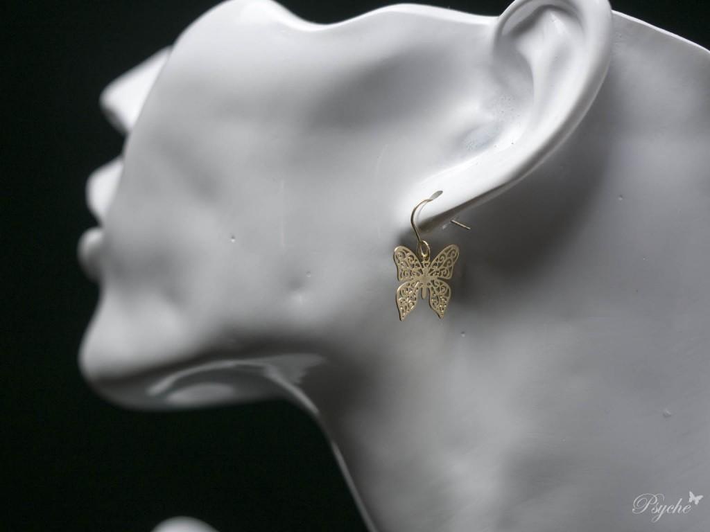 シンプルな蝶ピアス