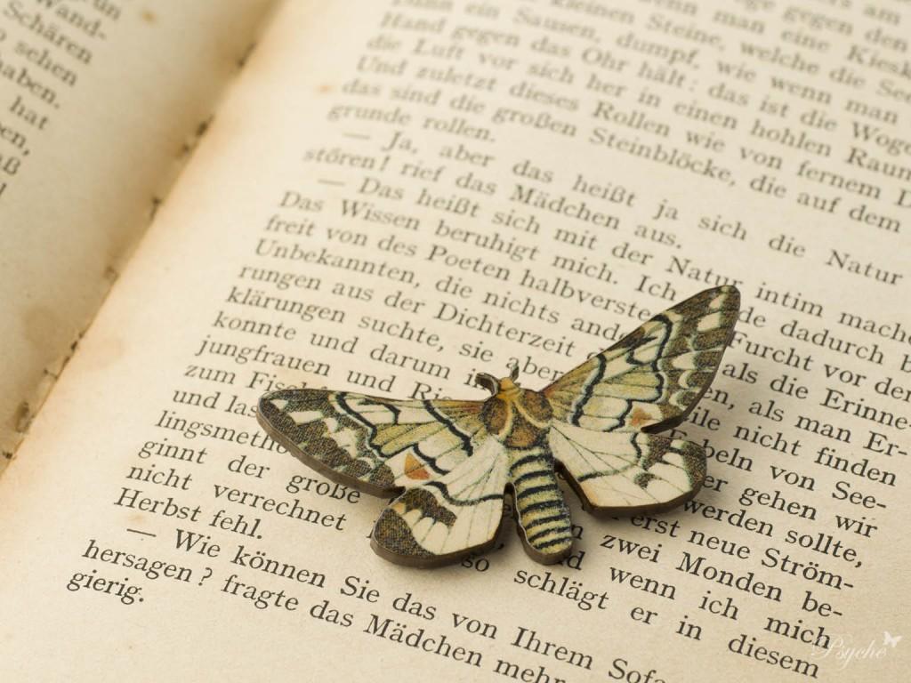 クラシカルな蛾のウッドブローチ