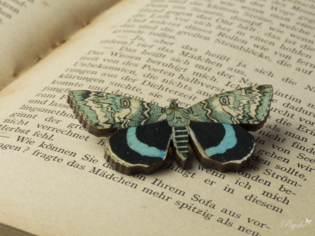 蛾「ムラサキシタバ」のウッドブローチ