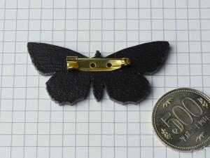 蛾「ムラサキシタバ」のウッドブローチ サイズ